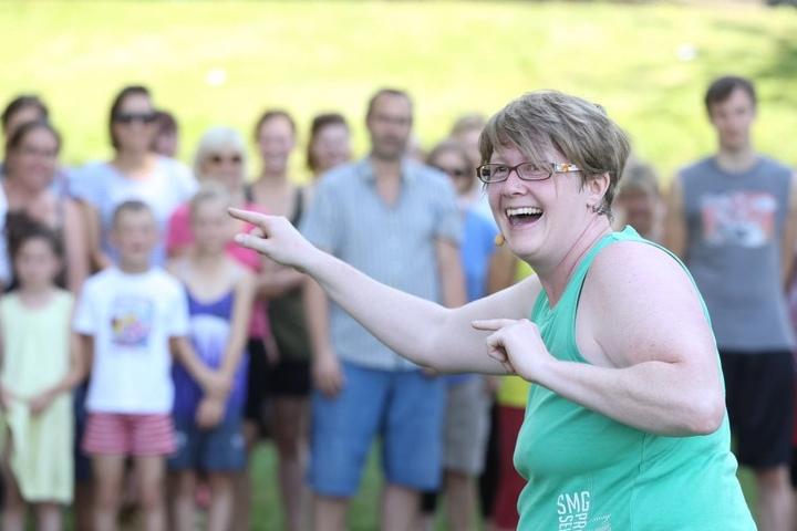 Alles lacht auf ihr Kommando: Lach-Trainerin Nadine Schaal (38) in Aktion beim Palais-Sommer.