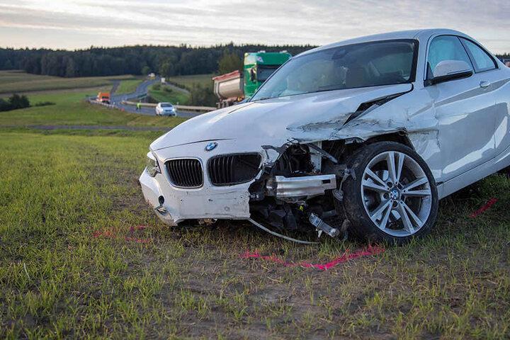 Der BMW war gerade beim Überholen, als der schwere Unfall passierte.