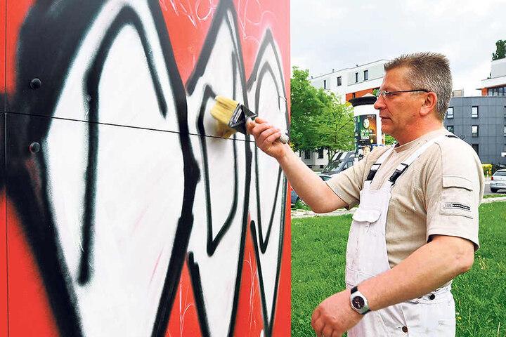Malermeister Karsten Krause musste schon unter anderem am Schlossteich Graffiti entfernen.