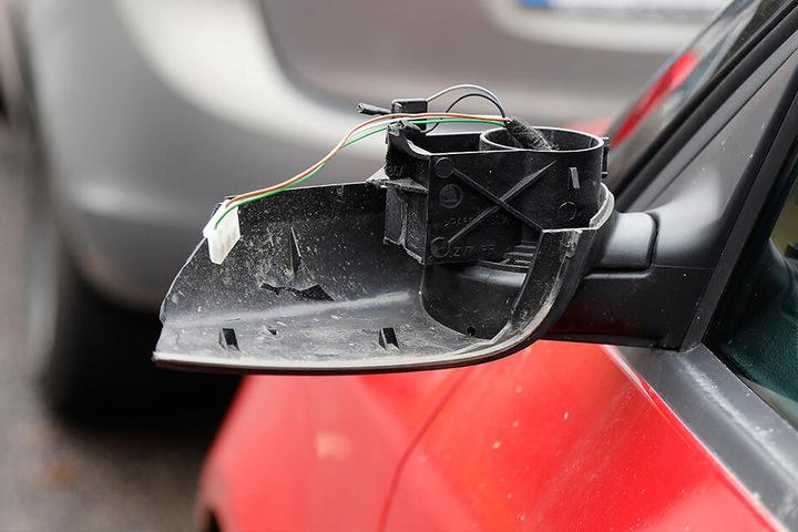 An einem Fahrzeug wurde ein Spiegel abgetreten. (Symbolbild)