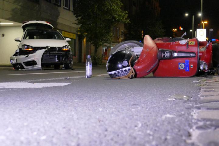 Der Rollerfahrer musste nach dem Unfall mit dem VW Polo medizinisch versorgt werden.