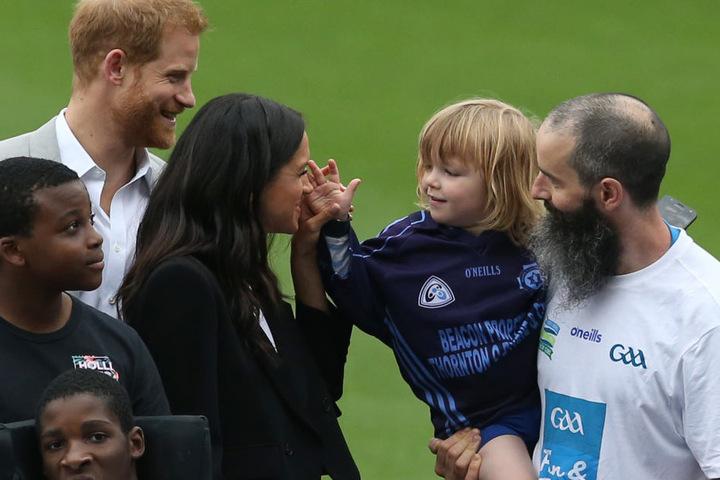 Dass Harry und Meghan gut mit Kindern können, stellten sie bei ihren Auftritten schon unter Beweis.