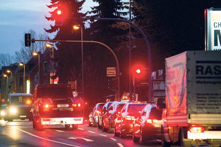 An der Chemnitztalstraße Ecke Dorfstraße staut sich täglich vor Schulbeginn der Verkehr.