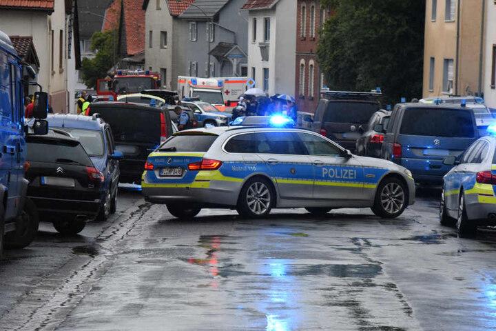 Der Mann hatte sich auf das Dach geflüchtet. Die Polizei umstellte das Gebäude.