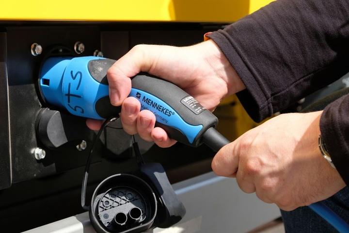 Die Fahrzeugbatterien müssen etwa neun Stunden per Kabel geladen werden.