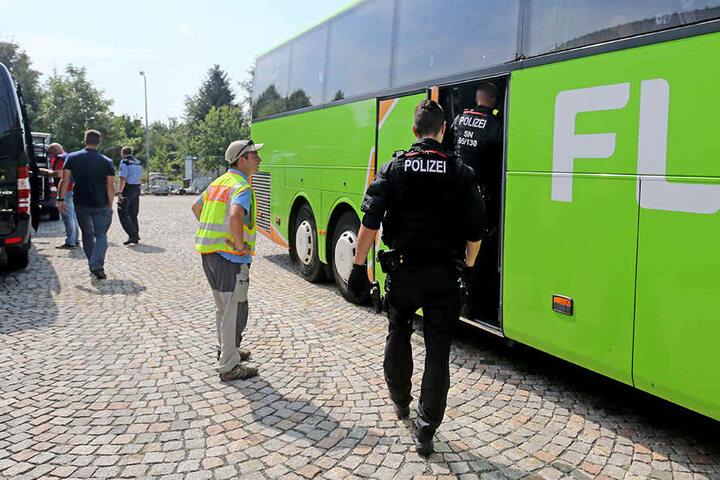 Insgesamt wurden 108 Ordnungswidrigkeiten und drei Straftaten, darunter Fahren ohne Führerschein, Drogen am Steuer und eine illegale Einreise, festgestellt.