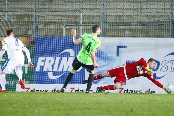 Kunz streckt sich vergebens, der Ball landet zum 1:0 im Chemnitzer Tor.