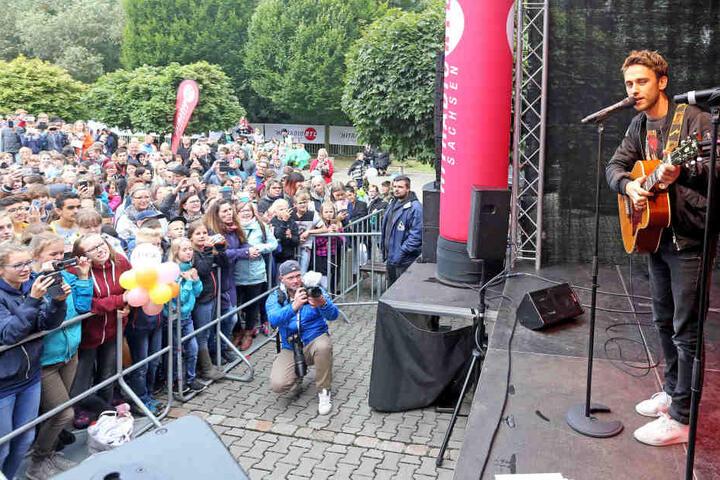 Die westsächsische Oberschule hatte bei Hitradio RTL das Schulhof-Konzert mit dem deutschen Songwriter-Star Clueso (37) gewonnen.