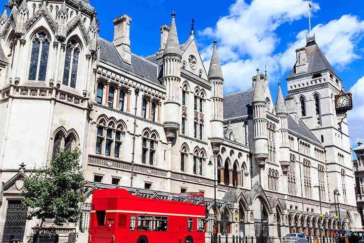 """Hier wird verhandelt: Die Königlichen Gerichtshöfe residieren in diesem neugotischen Prachtbau an """"The Strand"""" in London."""