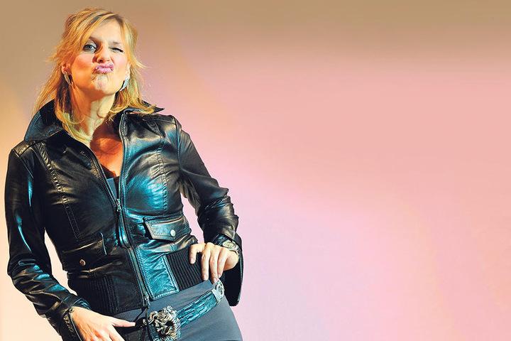 """Bieder statt wild: TV-Moderatorin Kim Fisher (48) überrascht im """"Zickenzirkus"""" als Buchhalterin."""