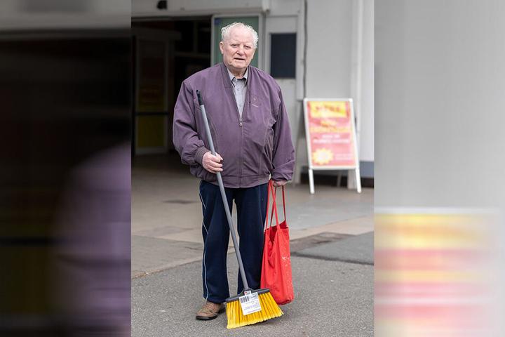 """Horst Roscher (85), Rentner: """"Schauen Sie mal, dieser Besen ist doch schön. Außerdem Pudding, Käse, Milch und Kleinigkeiten für neun Euro. Mich stört nur, dass man im Laden die Preise schlecht erkennen kann."""""""