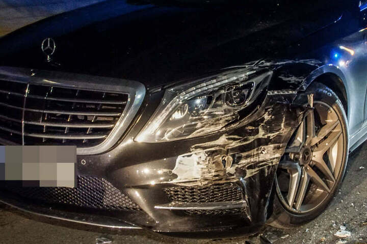 Auch diesen Mercedes erwischte der Laster.