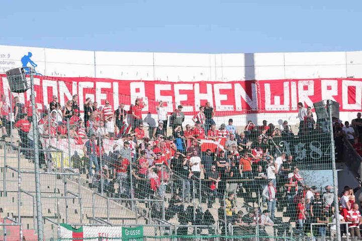 Nicht mit uns! Die mitgereisten Zwickauer Fans machten Stimmung gegen die neongelben Ausweichtrikots.
