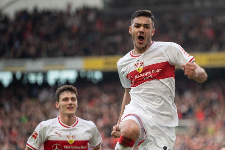 Ozan Kabak (19, rechts im Bild) jubelt über nach seinem Tor zum 3:0 gegen Hannover 96 am 24. Bundesliga-Spieltag.