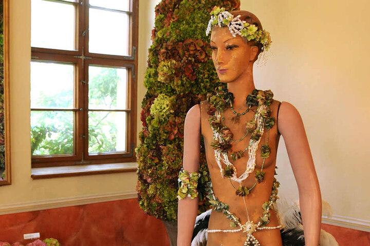 Getrocknete Hortensienblüten bilden das Kostüm dieser Puppe.