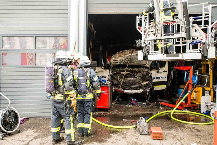 Das Feuer brach vermutlich im Motorraum dieses Rettungswagens aus.