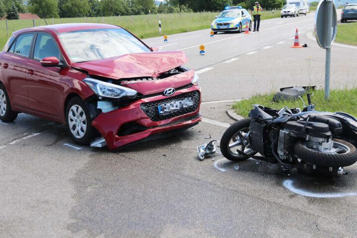 Eine Autofahrerin hat einen Rollerfahrer übersehen, es kam bei Sulzberg zur Kollision.