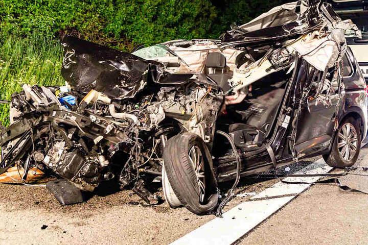 Von dem VW blieb nur ein völlig zertrümmertes Wrack übrig.