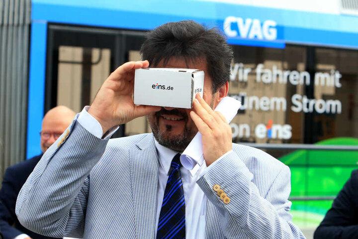 CVAG-Vorstand Jens Meiwald (54) verfolgt den animierten Weg des Ökostroms von der Eins-Energie bis in seine Tram.