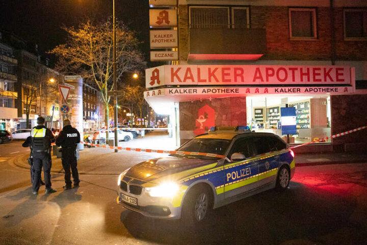 Die Kölner Polizei hat die Straße gesperrt.