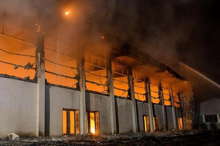 Am 25. August 2015 brannte die Sporthalle in Nauen, jetzt steht der Brandstifter vor Gericht.