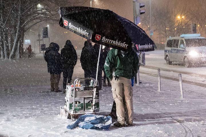 Ein Bierverkäufer trotzt dem Schnee - unterm Schirm verkauft er BIER in Hannover...