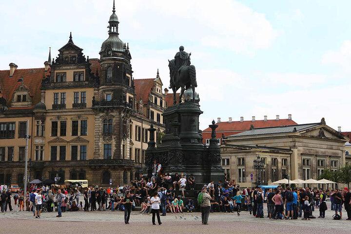 Kein seltener Anblick im Sommer: Pokémon-Spieler treffen sich zum gemeinsamen Spielen, wie hier am Dresdner Theaterplatz.