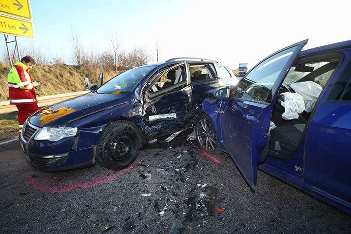 Ein VW Passat kollidierte mit einem VW Golf nach dem Verlassen der Autobahn 17.
