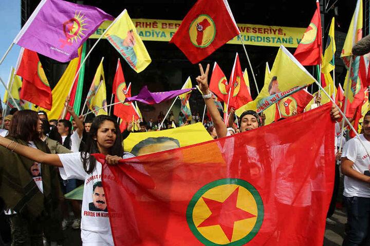 Mehrere tausende Kurden sind zu einer Demonstration gegen die türkische Regierungspolitik zusammengekommen.