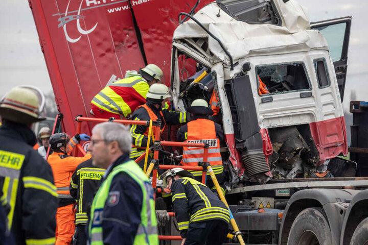 Die Feuerwehr und Rettungskräfte konnten den Fahrer aus dem Führerhaus bergen.