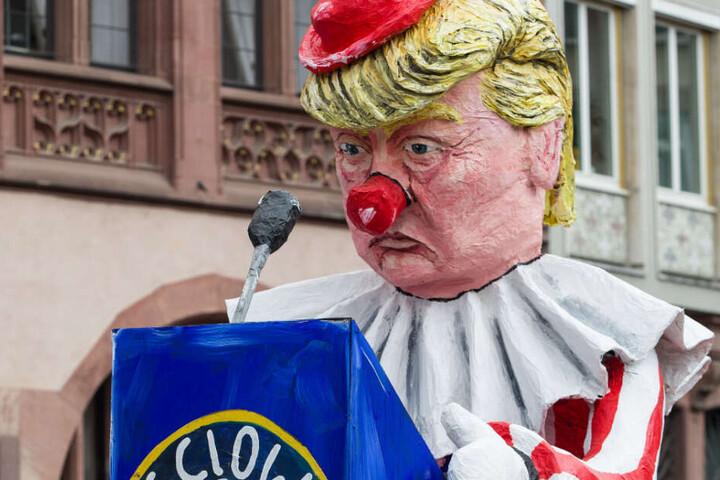 Ein Motivwagen mit einer Darstellung des US-amerikanischen Präsidenten Trump als Clown.