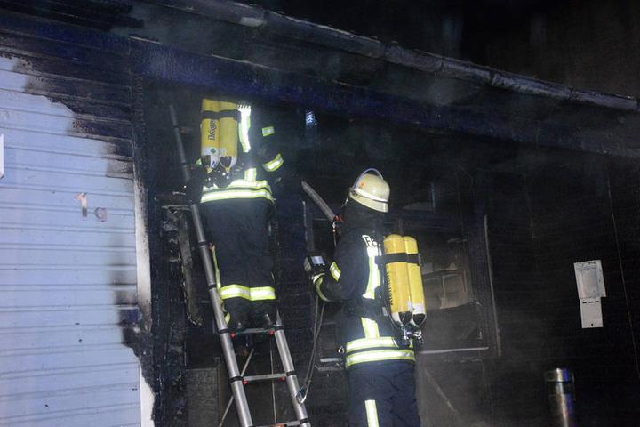 Die Einsatzkräfte bekämpften das Feuer an allen Stellen.