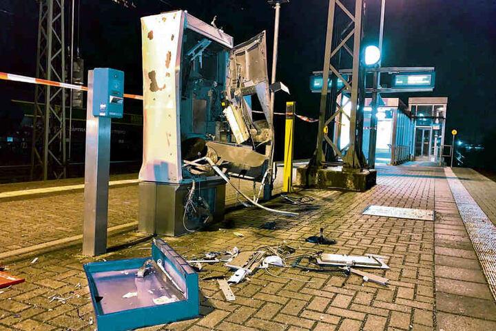 Der Automat am Haltepunkt Heidenau-Großsedlitz wurde im März mit Böllern gesprengt. Allein hier betrug der Schaden am Gerät 15.000 Euro.