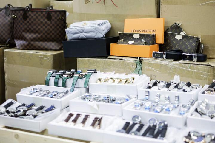 Neben Uhren wurden auch Taschen gefälscht.