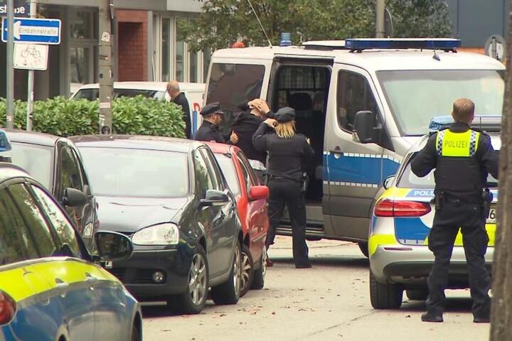 Polizisten nahmen mehrere Männer in Gewahrsam.