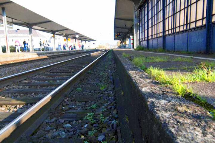 Die unbekannten Täter legten die Gegenstände ins Gleisbett am Bünder Bahnhof.