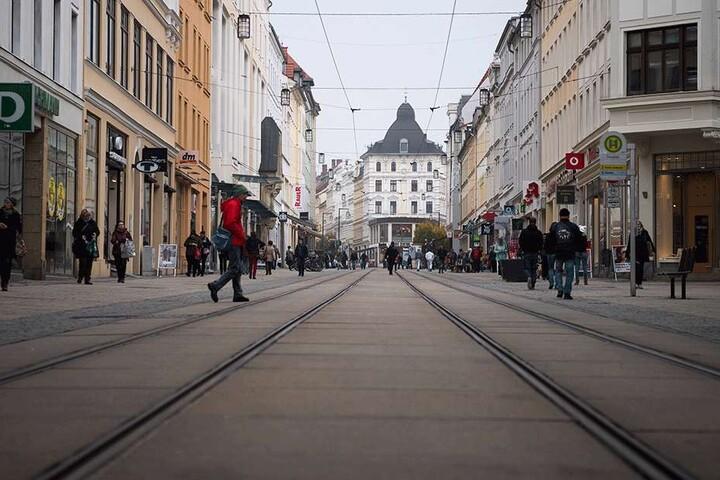 Passanten in der Görlitzer City. Die geringe Kaufkraft spürt auch der Handel.