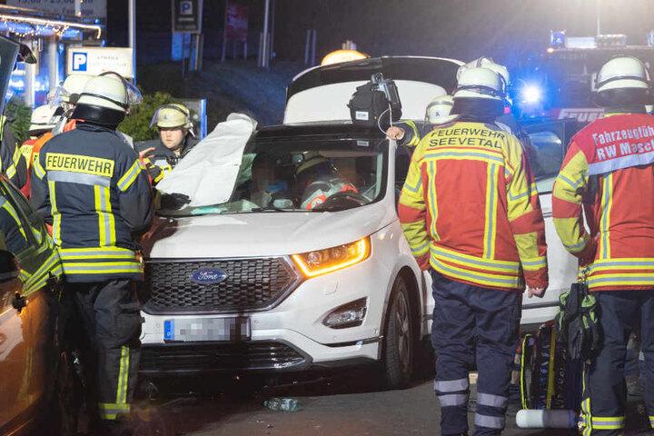 Der Beifahrer des Unfallfahrzeuges musste mit schwerem Gerät von der Feuerwehr aus dem Auto geborgen werden.