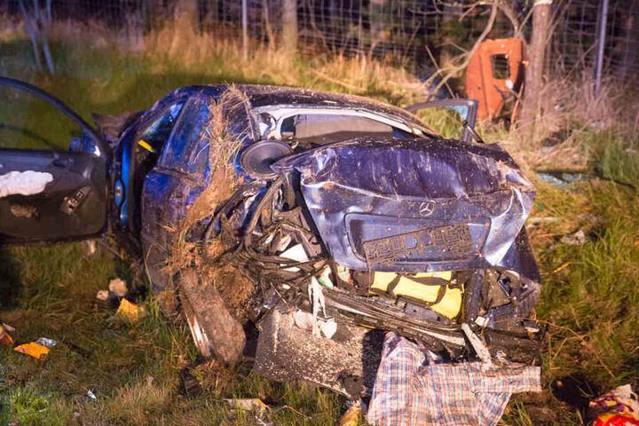 Beide Fahrzeuge wurden von der Fahrbahn geschleudert. Drei Personen wurden schwer verletzt.