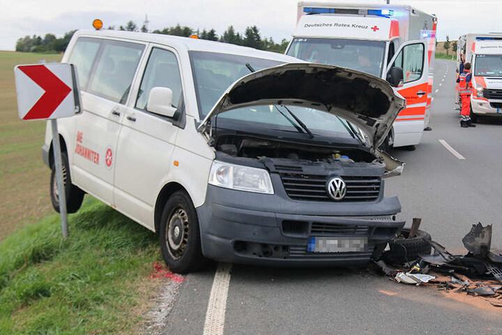 Drei Menschen wurden bei dem Unfall zum Teil schwer verletzt.