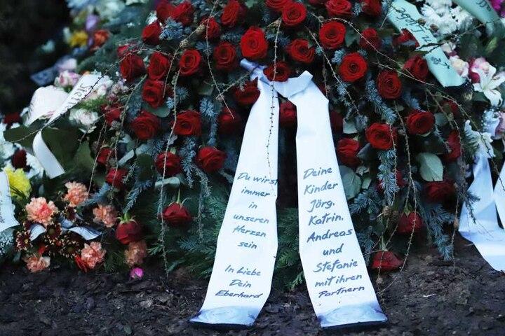 Das Grab auf dem Friedhof in Oelsnitz/V. schmücken Dutzende Kränze und Gestecke.