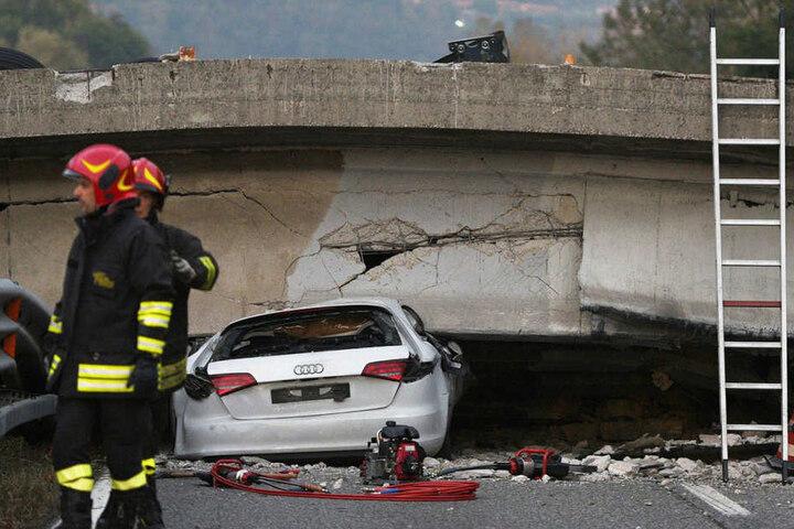 Mindestens ein Mensch starb, als das Viadukt am Freitag über einer Straße zwischen Mailand und Lecco in der Nähe des Comer Sees zusammenbrach.