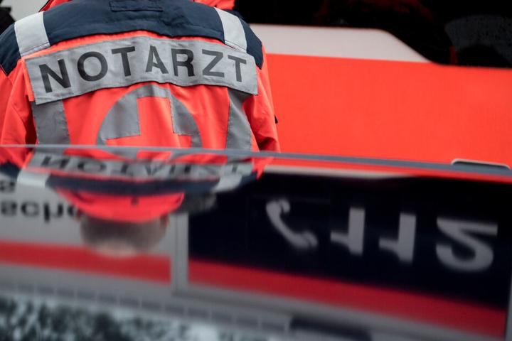 Der Junge wurde von Rettungskräften ins Krankenhaus gebracht. (Symbolbild)