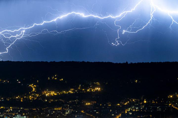 Das Münchner Blitzortungsunternehmen nowcast hat im bundesweit knapp 4,4 Millionen Blitzentladungen erfasst. (Symbolbild)