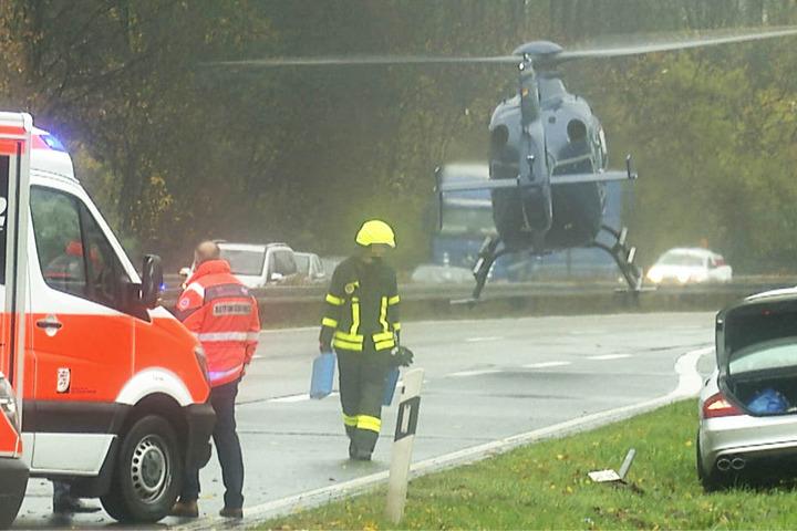 Ein Rettungshubschrauber wurde angefordert und landete auf der Fahrbahn.