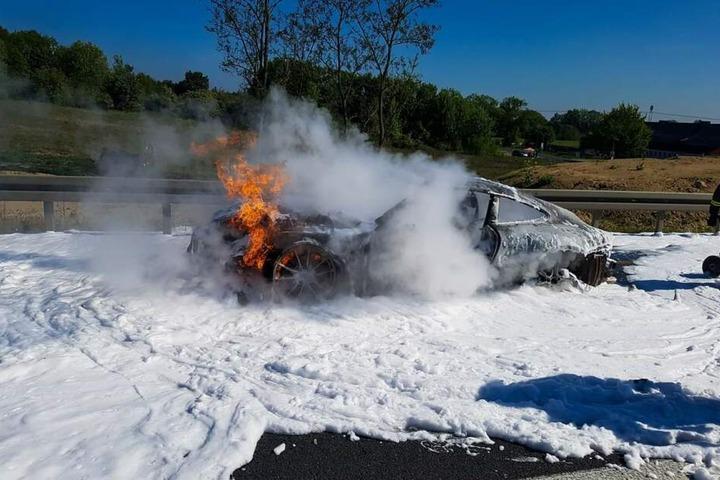 Doch zu retten gab es wenig: Das Auto brannte komplett aus.