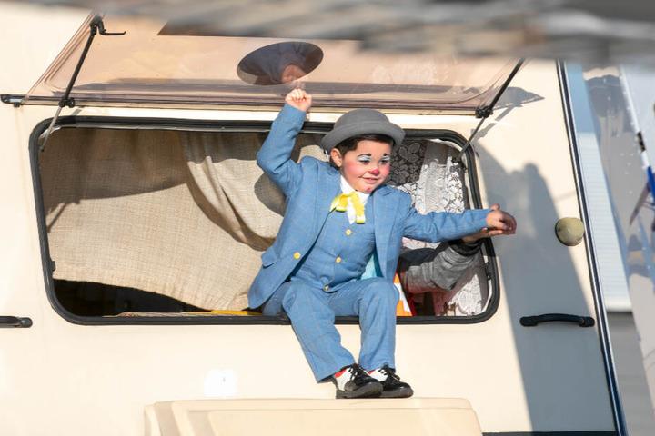 Der kleine Maxim (4) kann nicht lange still sitzen. Er klettert aus dem Rückfenster des Wohnwagens, um frische Luft zu schnappen.