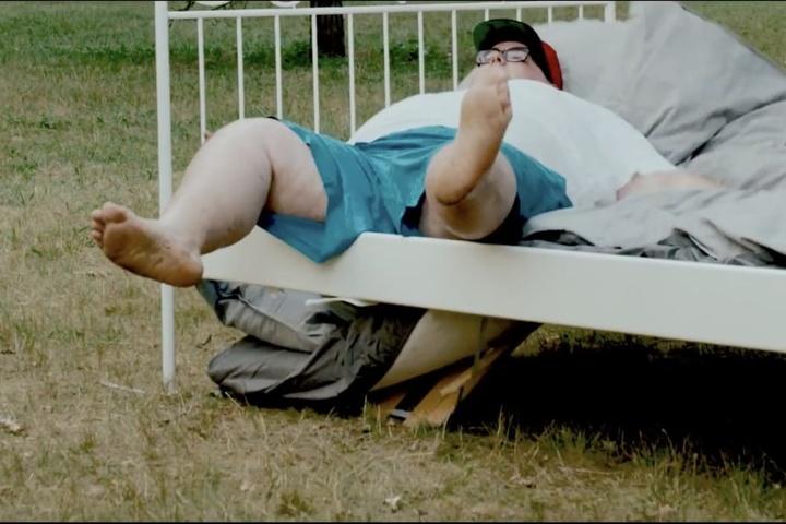 """Ach, guck an, den kennen wir doch. Katjas Pizzaboy aus dem ersten Video """"Doggy"""" war wieder am Start und brach direkt mal mit dem Liebesnest ein."""