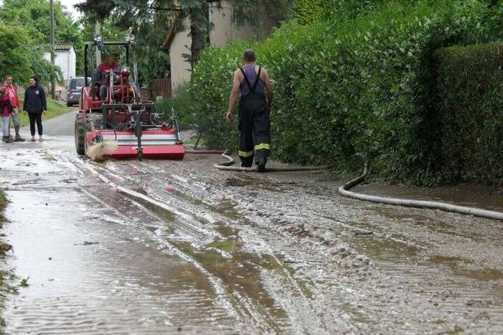 In Papstdorf bei Grimma rollten Schlamm und Wassermassen nach starken Regenfällen durch den Ort.