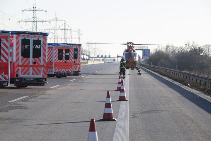 Auch ein Rettungshubschrauber musste auf der Autobahn landen.